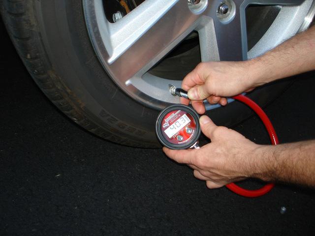 Trang bị thiết bị kiểm tra áp suất lốp để kiểm tra áp suất một cách chính xác