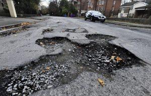 Những lưu ý an toàn khi lái xe vượt qua ổ gà trên đường
